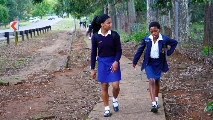 Devine auf dem Weg zur Schule