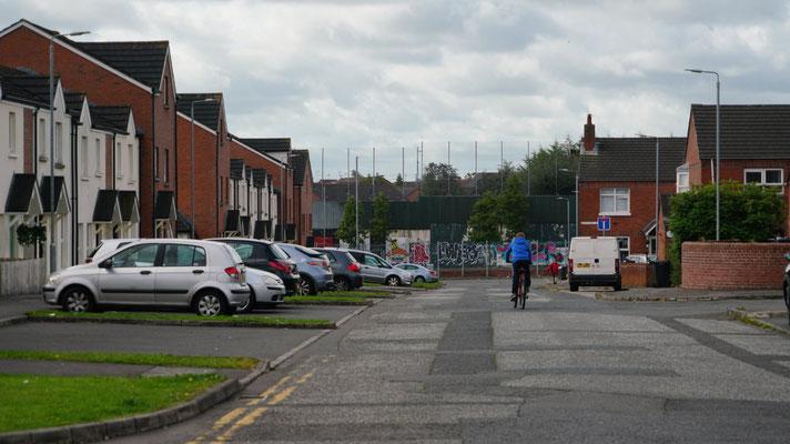 typische britische Reihenhäuser prägen das Stadtbild - hier mit Blick auf die Friedensmauer