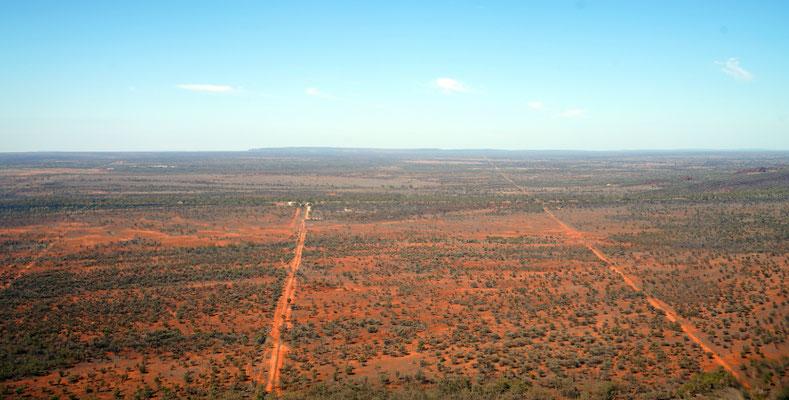 Schnurgerade Strassen sind Normalität im Outback