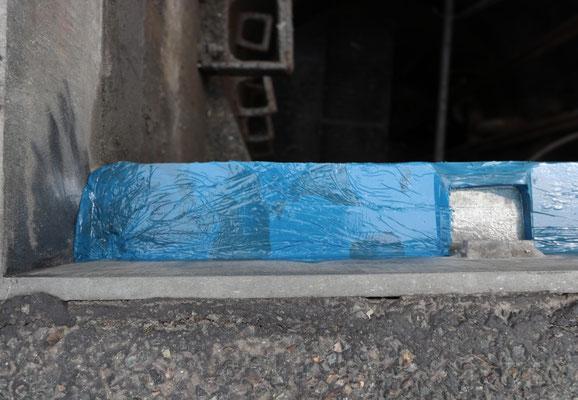 Ist das Harz ausgehärtet, kann die Folie wieder entfernt und überschüssiges Material abgeschnitten werden.