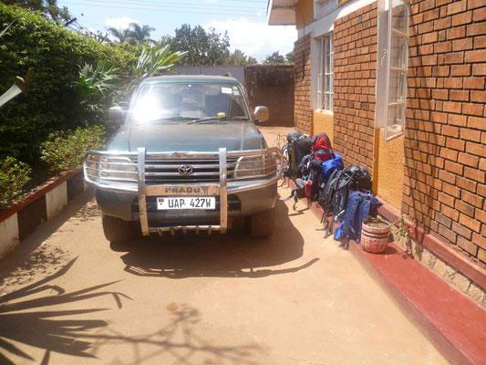 Mit diesem Auto, voll beladen mit einem Haufen Gepäck und 7 Leuten geht es dann los nach Bukoba :)