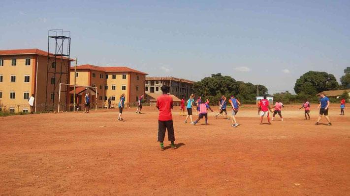 Fußballspielen in der prallen Kampala-Sonne!