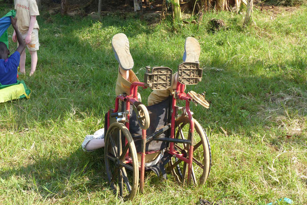 Avithi versucht immer, Kunsstücke im Rollstuhl zu machen. Manchmal klappts, manchmal nicht so ganz ;)