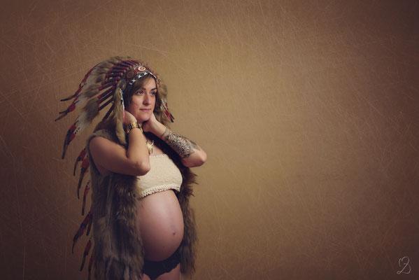 shooting photo grossesse avec coiffe d'indien studio Châteauneuf Les martigues 13220 - MD Photographies