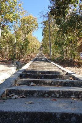 Die Treppen zum weißen Buddha