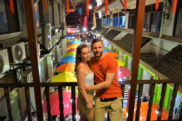 Monja und ich auf dem Nachtmarkt in Chiang Mai