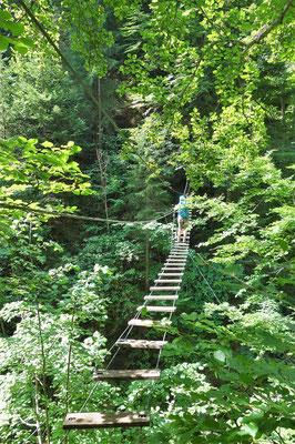 Der Einstieg in die Klamm - eine Hängebrücke