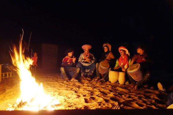 Berber spielen auf ihren Trommeln