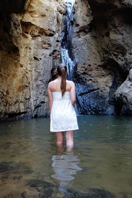 Monja vor dem Wasserfall