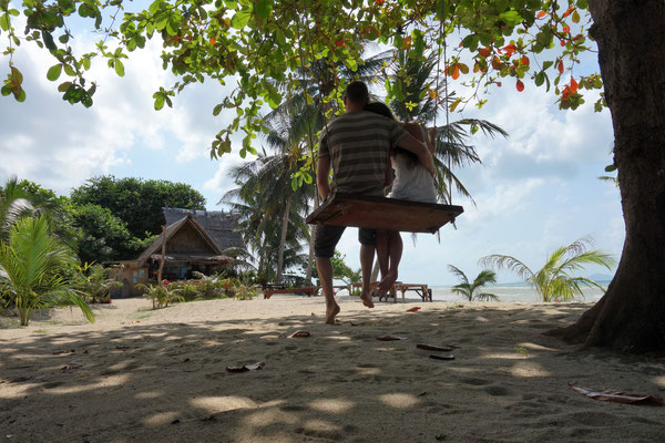 Monja und ich auf einer Schaukel vor unserem Bungalow