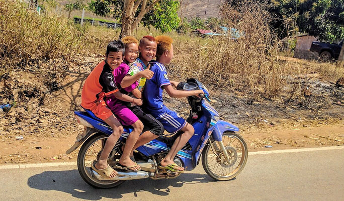 4 minderjährige Einheimische auf einem Roller