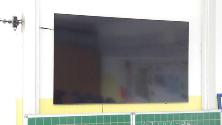 Großbildschirme in den Klassenzimmern