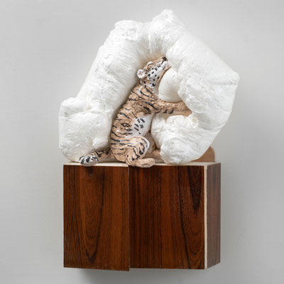 Tiger Tiger: Plumeau, 52 x 31 x 16cm, Ton glasiert, PU Schaum, Spanplatte mit Palisanderfurnier, Gips, 2020