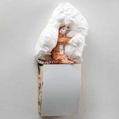 Tiger Tiger: Weißer Fall, 64 x 31 x 14cm, Ton glasiert, PU Schaum, Schichtholz, Kunststoffplatte, Kreppband, 2021