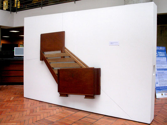 """""""En construccion"""" Instalación con cama intervenida y lapiz. 2012"""
