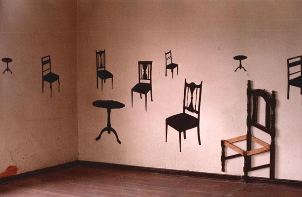 """""""Sala de espera"""". Instalación con muebles intervenidos, papel, carbón vegetal y cenizas. 2005"""