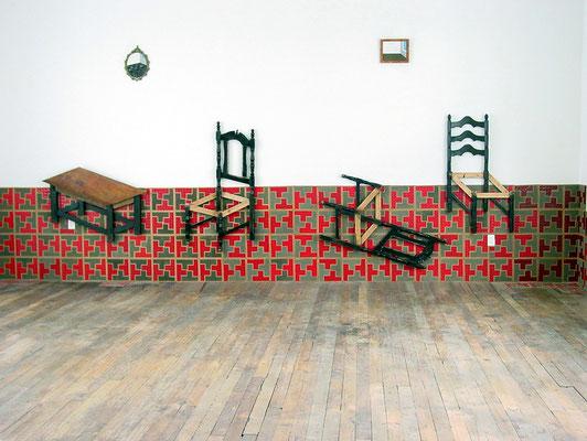 """""""Aún todavía. Un mobiliario paradójico"""". Ensamblaje con polvo, tapete plástico, marcos de madera y bronce y muebles intervenidos. 2004"""