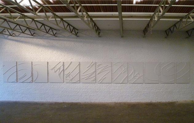 """12 Pieces of Signature [Trinitrotoluene]"" 2012/13, 1093x100x3,3 cm. Aufnahme bei Tageslicht"
