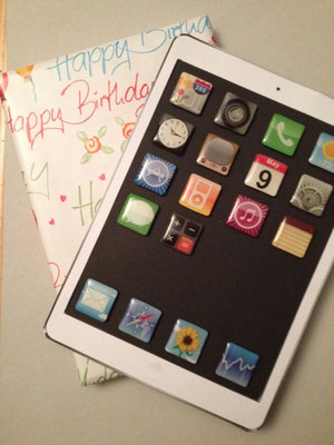 Aus Papier und Pappe nachgebasteltes iPad mit App-Magnete und Geldfach