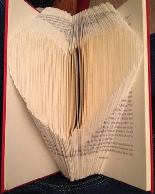 Bücher Dekoidee für einen lieben Menschen. Herz im Buch.