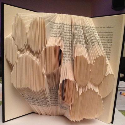 gefaltete Buchseiten mit Pfoten-Motiv, Orimoto