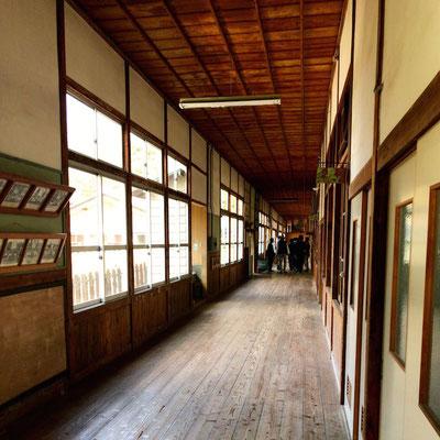 約80年小学生に磨かれ続けた廊下