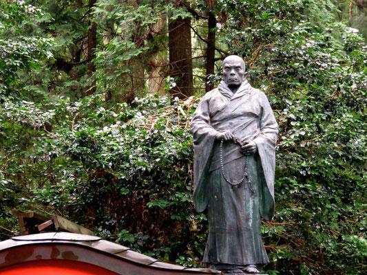 殉国学徒慰霊碑 親鸞上人慈悲の像