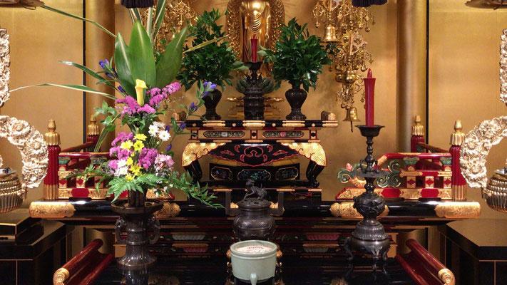 お花は前卓の向かって左側に置きます