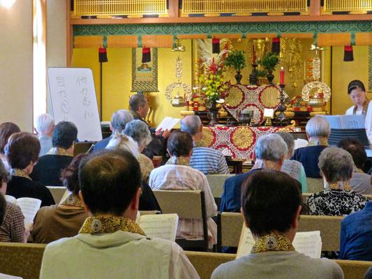 最後に仏教讃歌を歌います