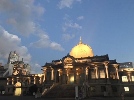 夕方の築地本願寺