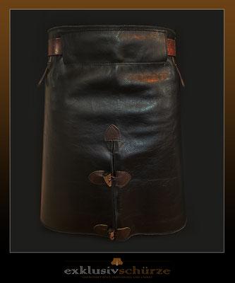 Lederschürze schwarz mit Schlitz und braunen Abnähern mit Knöpfen