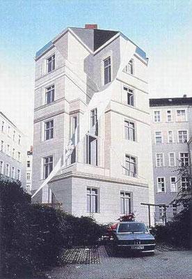 G E B R O C H E N E   F A S S A D E,  Obentrautstraße 30-32 Berlin, 1986, Photo: Werner Augustin