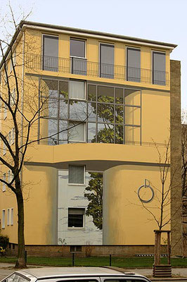 G I E B E L W A N D   M I T   K A M P F H U N D,  Geisbergstrasse Berlin-Schöneberg, 2004, Auftraggeber: Ilona und Dr. Horst Weinert,  Photo: Daniel Neuhaus