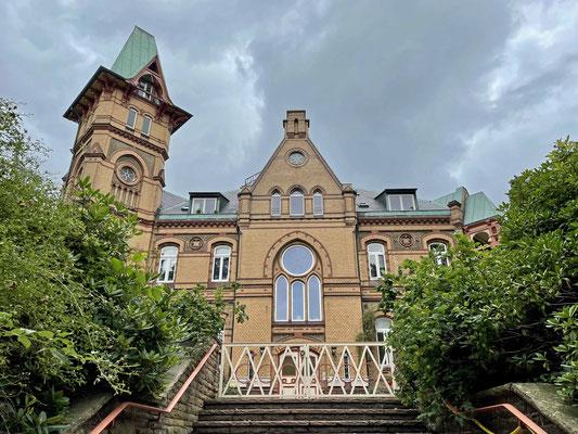 Wir gehen vorbei am Schloss Seedorf, gleich dahinter ...