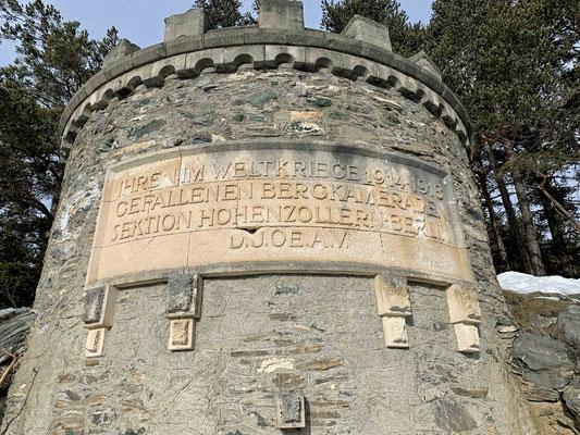 Herrchen guckt sich auch noch die Inschrift eine Etage tiefer an.