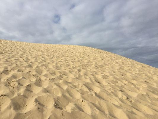 ... stattdessen schickt sie ein Foto von einem Sandberg, der Dune du Pilat heisst. Der würde mir auch gut gefallen.