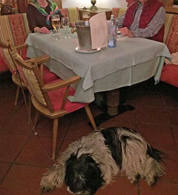 Unser Tisch; ich halte immer Ausschau nach der Seniorchefin. Von ihr bekomme ich Extrawurst.