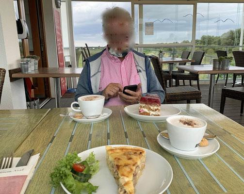 Endlich ist im Café ein Tisch frei.