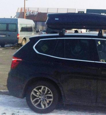 Da hinten im Auto ist mein Platz.