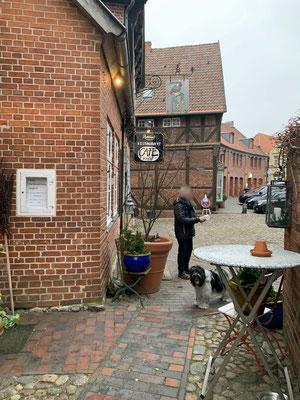 ... in dem schönen alten Café' am Markt.