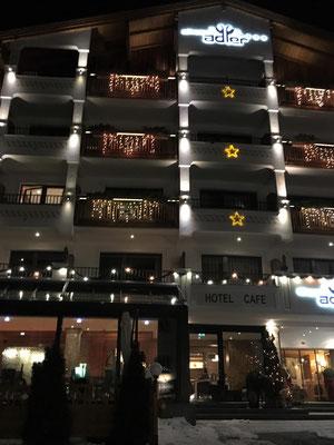 Mein Hotel bei Nacht. Meine 2 Balkone sind oben links.
