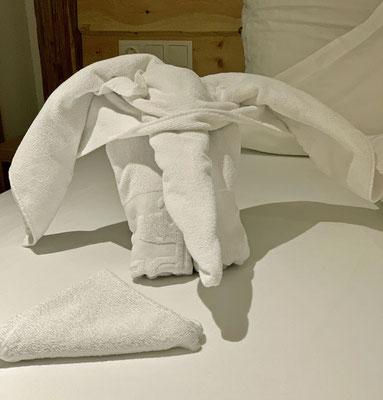 Im Bett sitzt ein Elefant, das geht ja gut los.