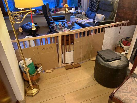 Dann haben sie diese Gitter aufgestellt. Frauchen und ich haben jetzt nur noch ein kleines Wohnzimmer.