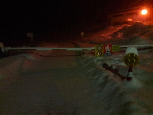 Franz hat nachts dieses Bild geschickt. Dies war die letzte der drei Strassen, die aus dem Dorf herausführt.