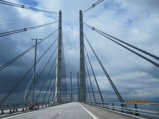 Dann sind wir wieder ins Auto gesprungen und zurückgefahren. Erst über eine große Brücke und dann wieder mit dem Schiff.