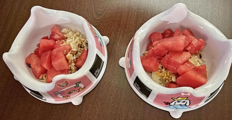 Zur Entschädigung gibt es Abendsnacks: Melone an Reis und ...