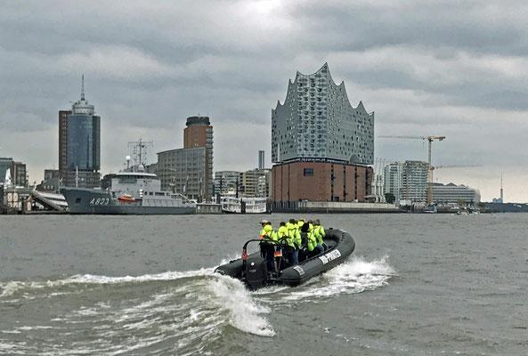 Frauchen und Herrchen sind mit Susanne RIB-Boot gefahren.