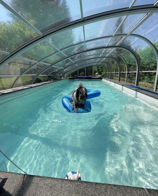 Frauchen und ich haben Spaß im Pool. Gestern habe ich schwimmen geübt mit Jules Schwimmweste, ...