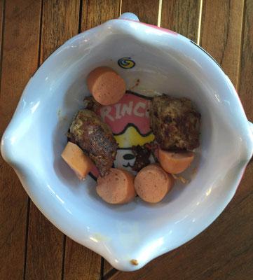 ... denn es ist Fussi-WM. Herrchen und ich bekommen einen Snack serviert, dies ist meiner.