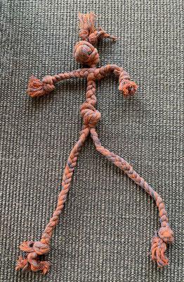 Ich habe meine lange Kauschlange weitgehend zerfleddert. Frauchen hat aus einem Rest einen Hangman geknotet.